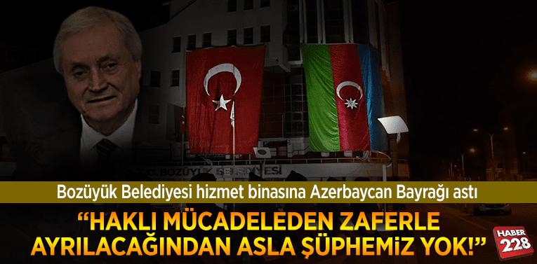 Bozüyük Belediyesi hizmet binasına Azerbaycan Bayrağı astı