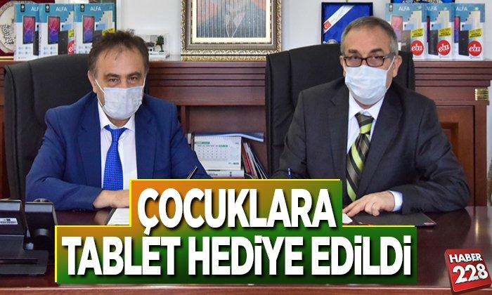 ÇOCUKLARA TABLET HEDİYE EDİLDİ